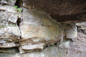 Felsüberhang mit Inschriften aus 18. Jh im Pfaffengründel